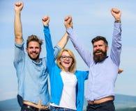 Empresa de três colegas ou sócios felizes que comemoram o sucesso, fundo do céu Homens com a barba em camisas formais e Fotos de Stock Royalty Free