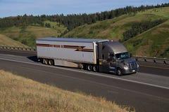 Empresa de transportes de mayo/oro Freightliner Cascadia foto de archivo