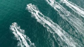 Empresa dos amigos em Ski Jet Driving Through Waves vídeos de arquivo