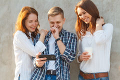 A empresa dos jovens que têm o divertimento fotografia de stock