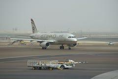 Empresa Etihad Airways de Airbus A320-232 (A6-EIR) após a aterrissagem no aeroporto em Abu Dhabi Imagem de Stock Royalty Free