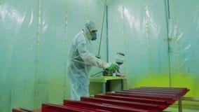 Empresa industrial do NP das peças de metal da pintura do trabalhador A pintura vem de uma arma de pulverizador video estoque