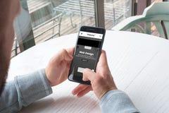 Empresa responsiva do projeto do od da site no telefone celular nas mãos do homem imagens de stock royalty free