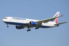 Empresa Transaero de Boeing 767-300 dos aviões (EI-UNA) antes de aterrar no aeroporto de Pulkovo Imagem de Stock