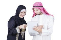 Empresaria árabe que señala en la tableta digital fotografía de archivo