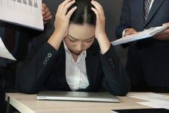 Empresaria abrumada con el trabajo duro tensión con exceso de trabajo del sufrimiento de la mujer quemadura agotada de la secreta Foto de archivo libre de regalías