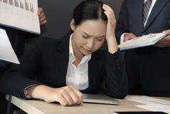 Empresaria abrumada con el trabajo duro tensión con exceso de trabajo del sufrimiento de la mujer quemadura agotada de la secreta Imagen de archivo