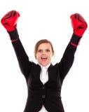 Empresaria acertada que celebra con los brazos en el aire que lleva a BO Imagenes de archivo