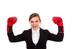 Empresaria acertada que celebra guantes de boxeo que llevan foto de archivo