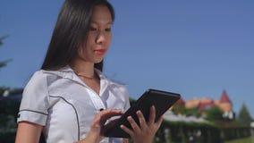 Empresaria acertada que lleva en camisa elegante con el ou del artilugio foto de archivo