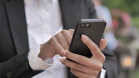 Empresaria africana Hand Using Smartphone almacen de metraje de vídeo