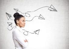 Empresaria afroamericana, aviones de papel Imagen de archivo libre de regalías