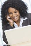 Empresaria afroamericana Cell Phone Laptop de la mujer Fotografía de archivo