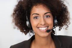 Empresaria afroamericana en auriculares Foto de archivo