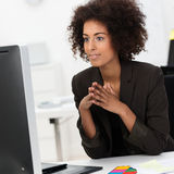 Empresaria afroamericana joven hermosa imagen de archivo libre de regalías