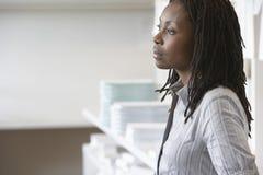 Empresaria afroamericana Looking Away Foto de archivo libre de regalías