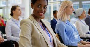 Empresaria afroamericana que asiste a un seminario 4k del negocio metrajes
