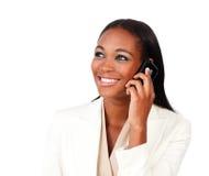 Empresaria afroamericana radiante en el teléfono Fotos de archivo libres de regalías
