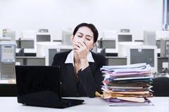 Empresaria agotada que bosteza en la oficina imagen de archivo libre de regalías