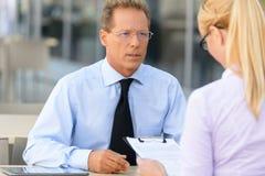 Empresaria agradable que habla con el colega Imagen de archivo