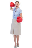 Empresaria alegre con los guantes de boxeo rojos Imágenes de archivo libres de regalías
