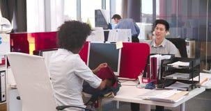 Empresaria Arriving In Office y el sentarse en el escritorio almacen de metraje de vídeo