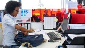 Empresaria Arriving In Office y el sentarse en el escritorio metrajes
