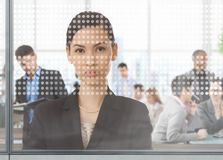 Empresaria asiática en la oficina a través de la ventana Foto de archivo libre de regalías