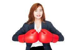 Empresaria asiática feliz con el guante de boxeo Fotografía de archivo