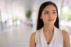 Empresaria asiática hermosa joven que cuelga hacia fuera en el footbridg Imagen de archivo