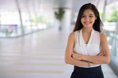 Empresaria asiática hermosa joven que cuelga hacia fuera en el footbridg Imágenes de archivo libres de regalías