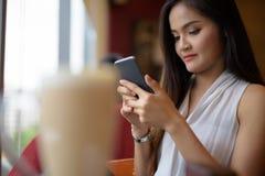 Empresaria asiática hermosa joven que se relaja en la cafetería Fotos de archivo libres de regalías