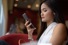 Empresaria asiática hermosa joven que se relaja en la cafetería Imagenes de archivo