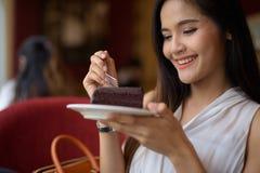Empresaria asiática hermosa joven que se relaja en la cafetería Foto de archivo libre de regalías