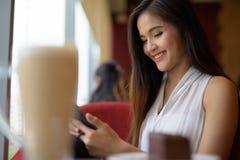 Empresaria asiática hermosa joven que se relaja en la cafetería Fotografía de archivo libre de regalías