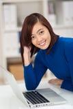 Empresaria asiática hermosa sonriente Imagen de archivo libre de regalías