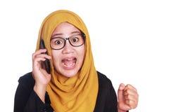 Empresaria asiática joven chocada por llamada de teléfono Ciérrese encima del retrato del cuerpo imagen de archivo
