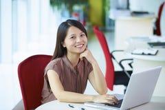 Empresaria asiática joven en la oficina Fotografía de archivo