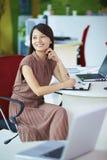 Empresaria asiática joven en la oficina Foto de archivo libre de regalías