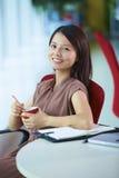 Empresaria asiática joven en la oficina Fotos de archivo
