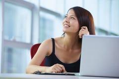 Empresaria asiática joven en la oficina Imagen de archivo libre de regalías
