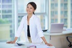 Empresaria asiática joven en la oficina Imagen de archivo