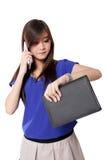 Empresaria asiática joven en su hora ocupada, aislada en blanco Imágenes de archivo libres de regalías