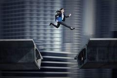 Empresaria asiática joven que corre en el puente Foto de archivo libre de regalías