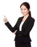 Empresaria asiática que muestra con el pulgar para arriba Foto de archivo