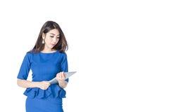 Empresaria asiática que sostiene la tableta en un fondo blanco Imagen de archivo