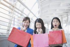 Empresaria asiática que sostiene los panieres de papel coloridos a mano Imagen de archivo