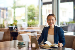 Empresaria asiática Working en el café imágenes de archivo libres de regalías