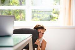 Empresaria asustada Hiding Behind Chair imagen de archivo libre de regalías