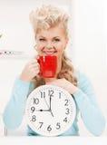 Empresaria atractiva con el reloj y la taza roja Fotografía de archivo